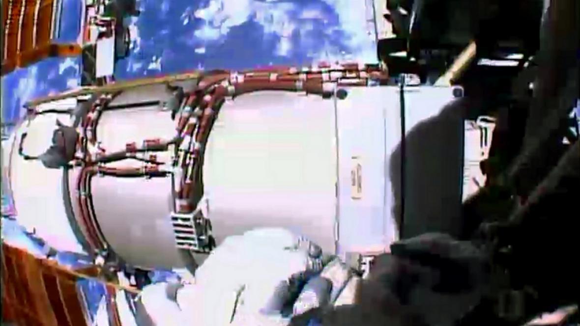 Snímek z oprav vnějšího regulátoru napětí na ISS