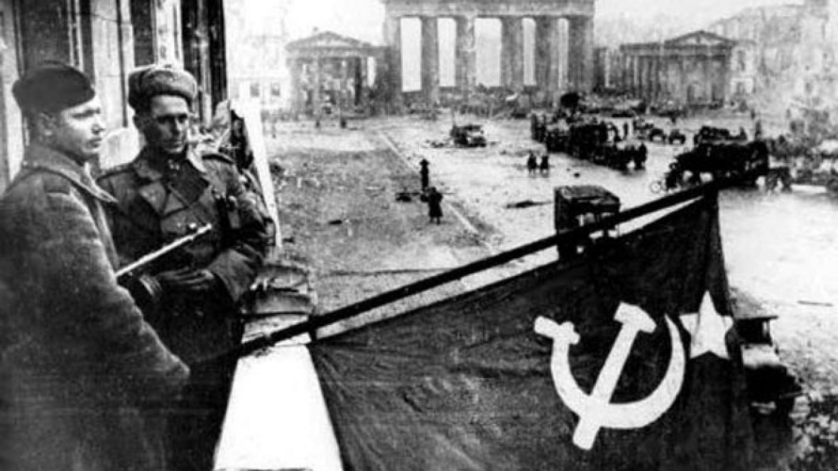 Vlajka SSSR před Braniborskou bránou