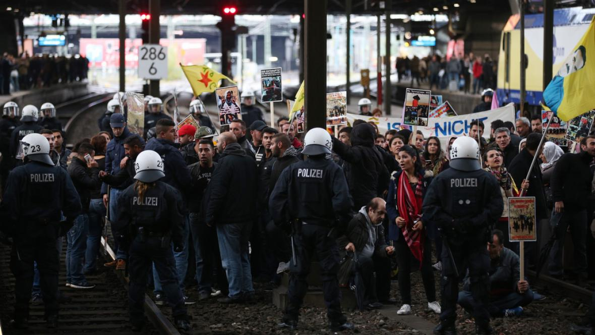 Protest Kurdů na hamburském nádraží
