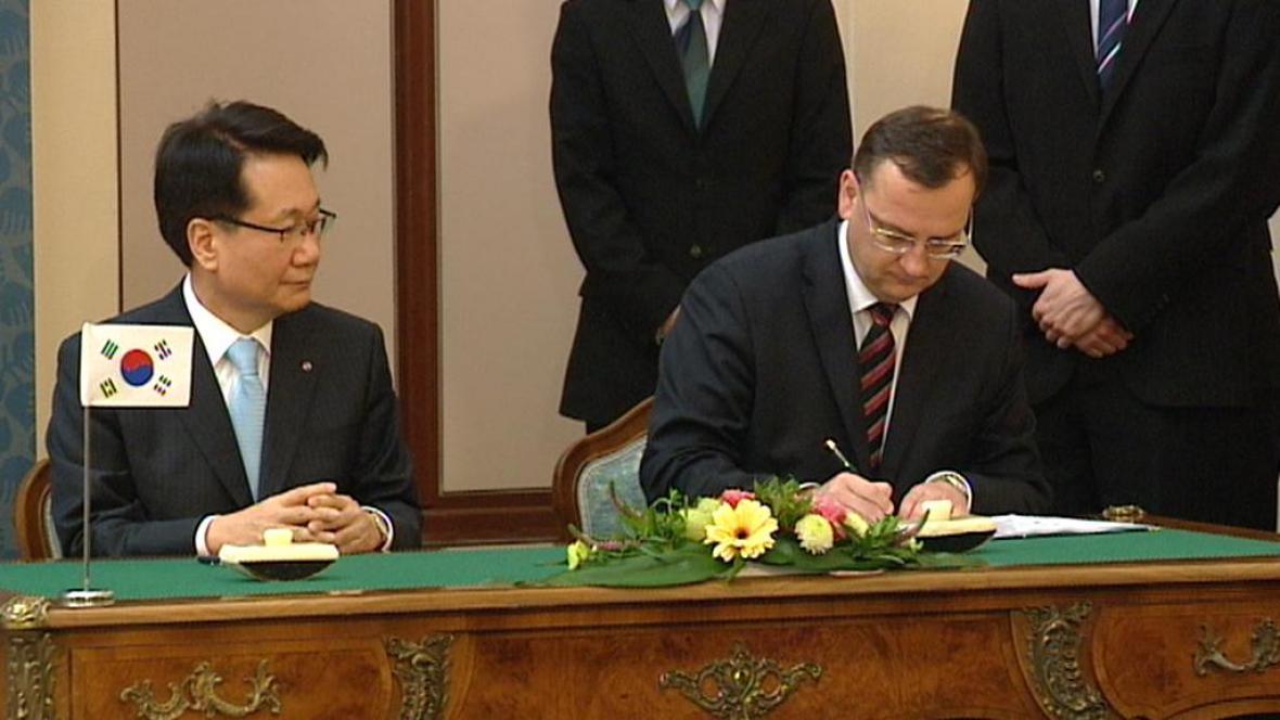 Podpis smlouvy o prodeji podílu v ČSA