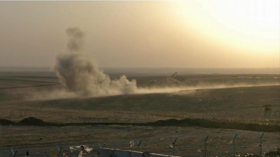 Kouř po bombovém útoku na pozice islamistů