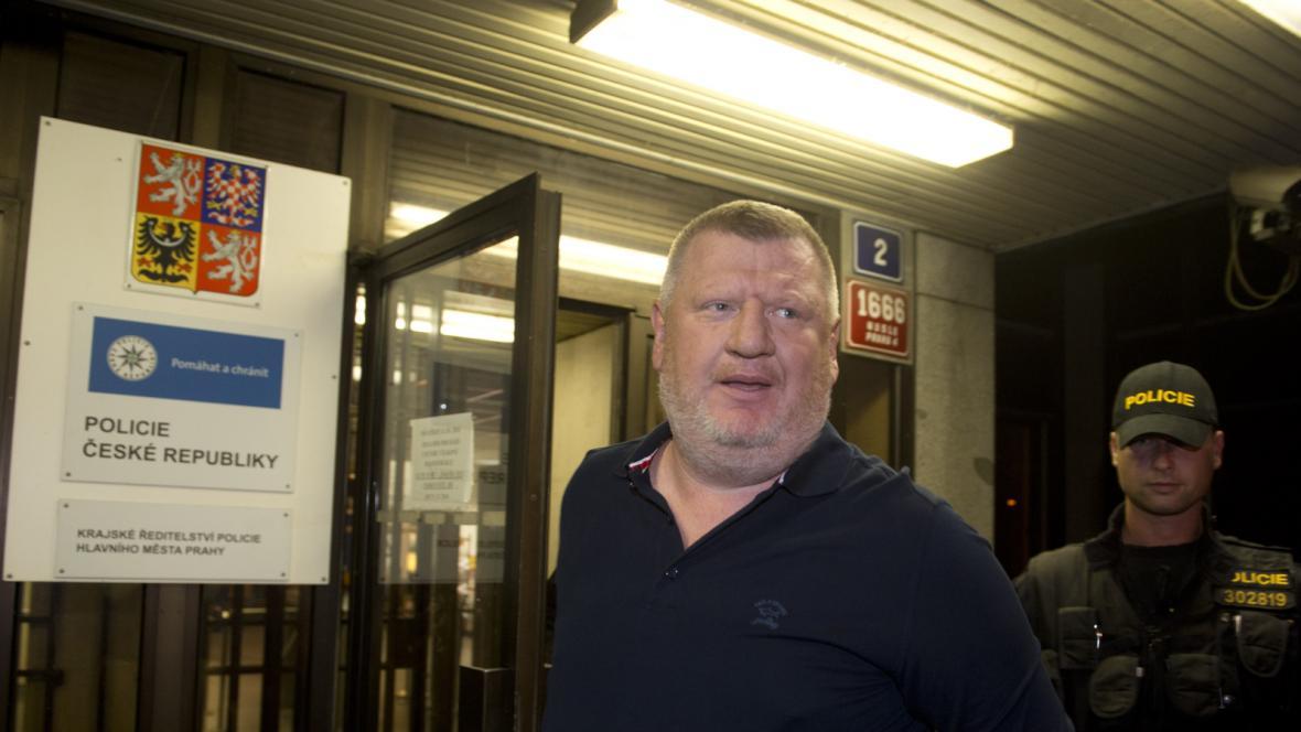 Ivo Rittig odchází z cely předběžného zadržení