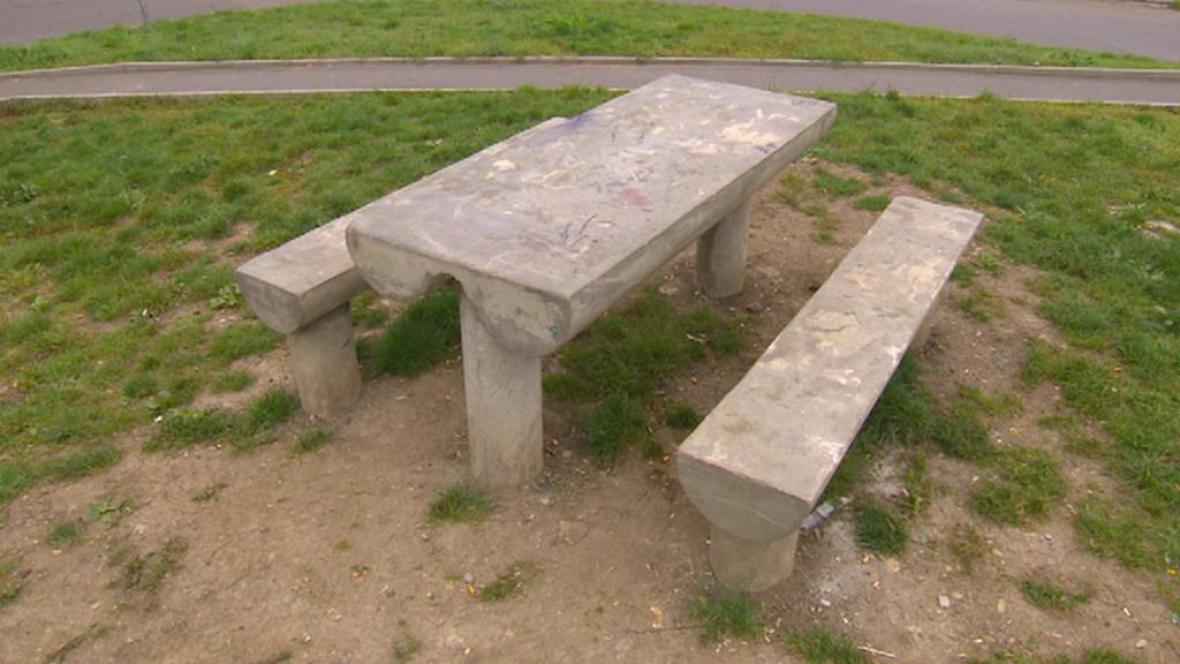 Betonový stůl s lavičkami na chanovském sídlišti