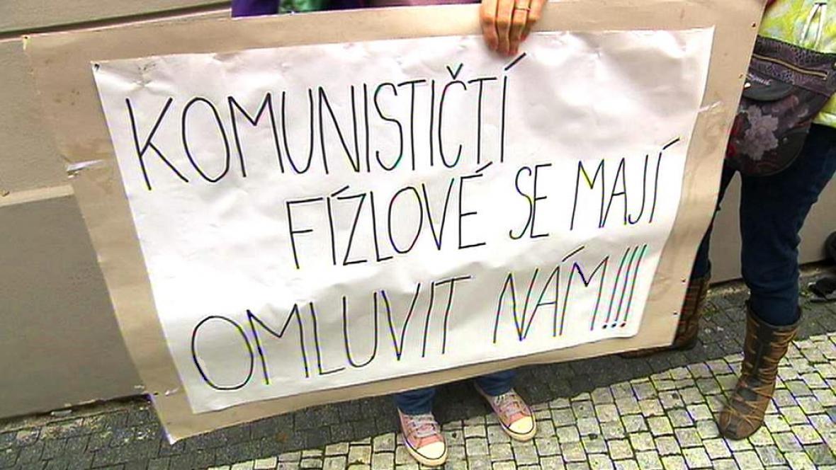 Iniciativa Bez komunistů.cz přišla před sněmovnu podpořit Miroslava Kalouska