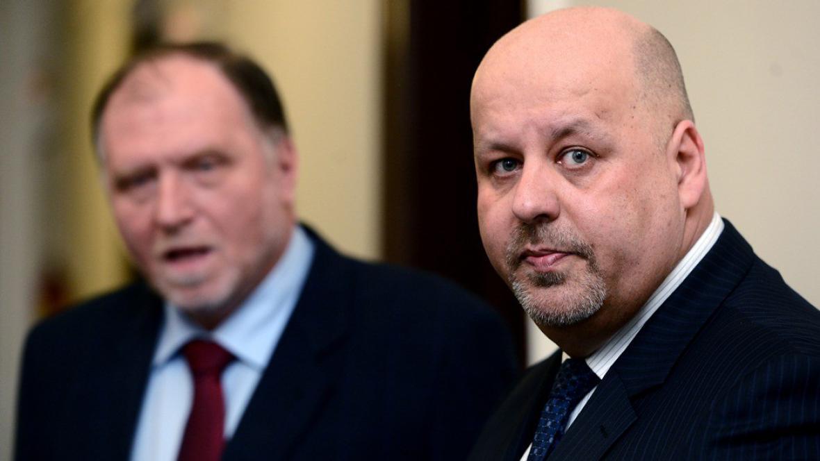 Petr Lessy u soudu (vlevo jeho advokát Tomáš Sokol)