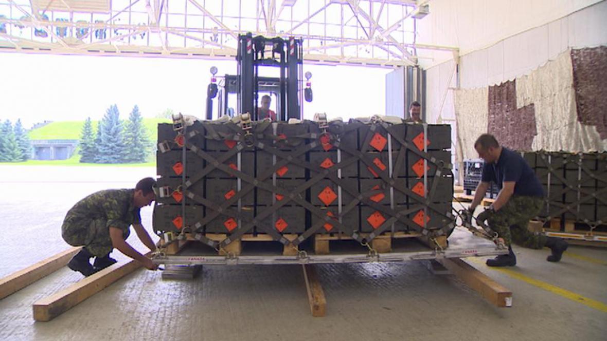 Příprava munice pro kurdské vojáky
