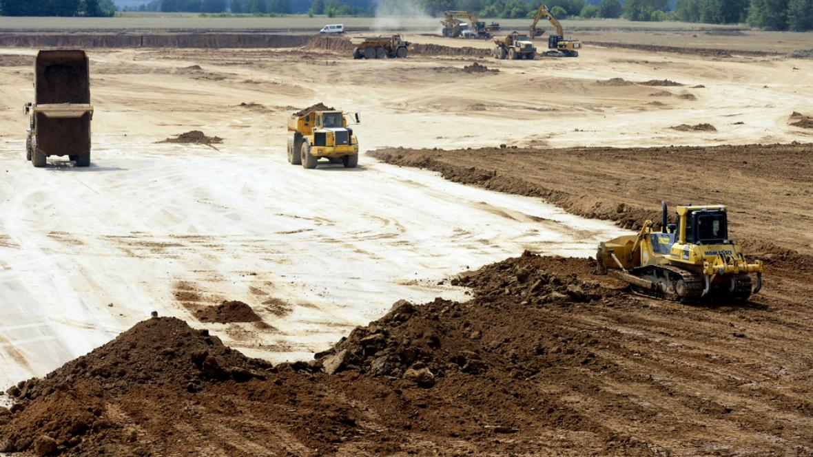 Přípravy pozemku pro výstavbu skladu (foto ze 17. července)