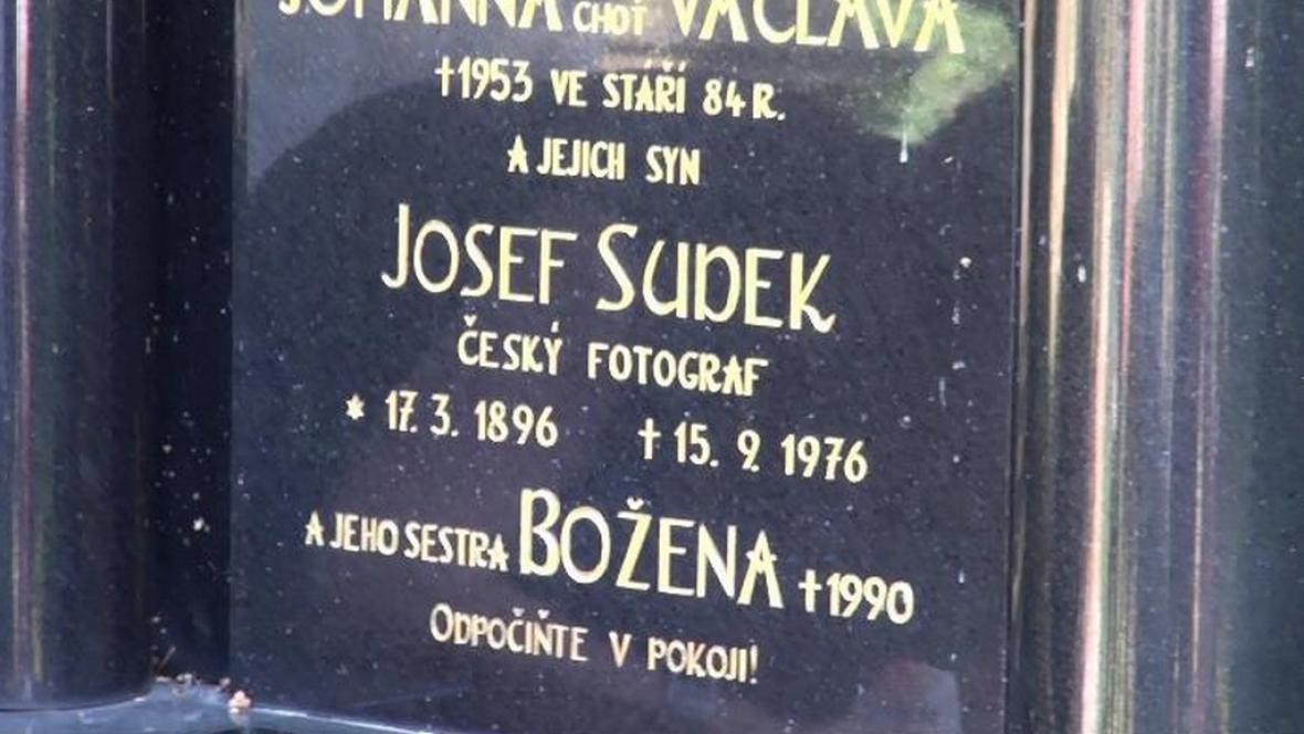 Náhrobek fofografa Josefa Sudka