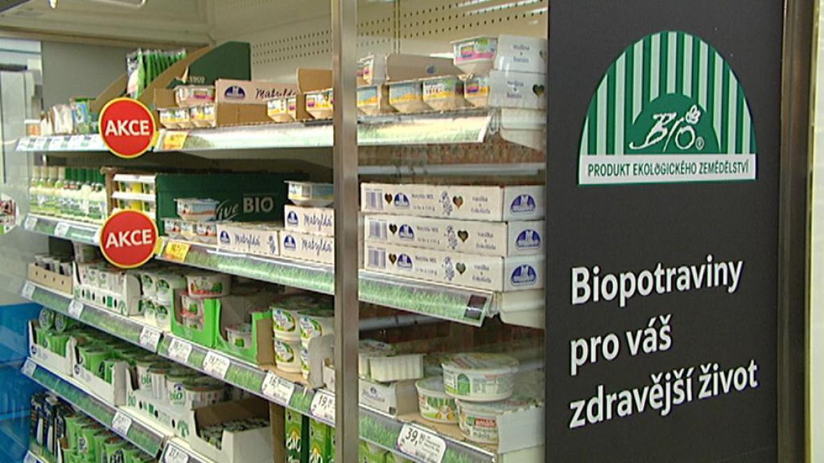 Úsek s biopotravinami v supermarketu