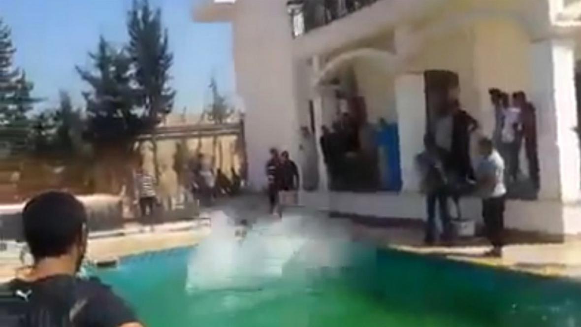 Libyjští milicionáři skáčou do bazénu