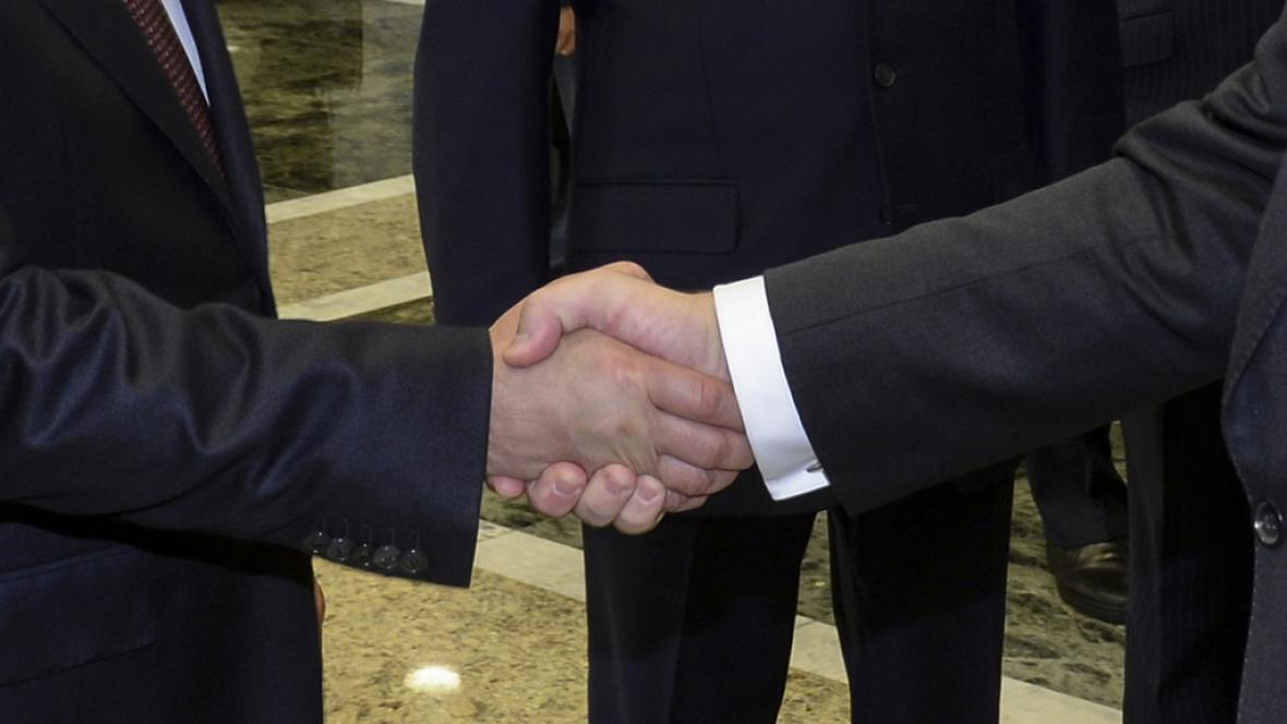 Putin a Porošenko si v Minsku potřásli rukama