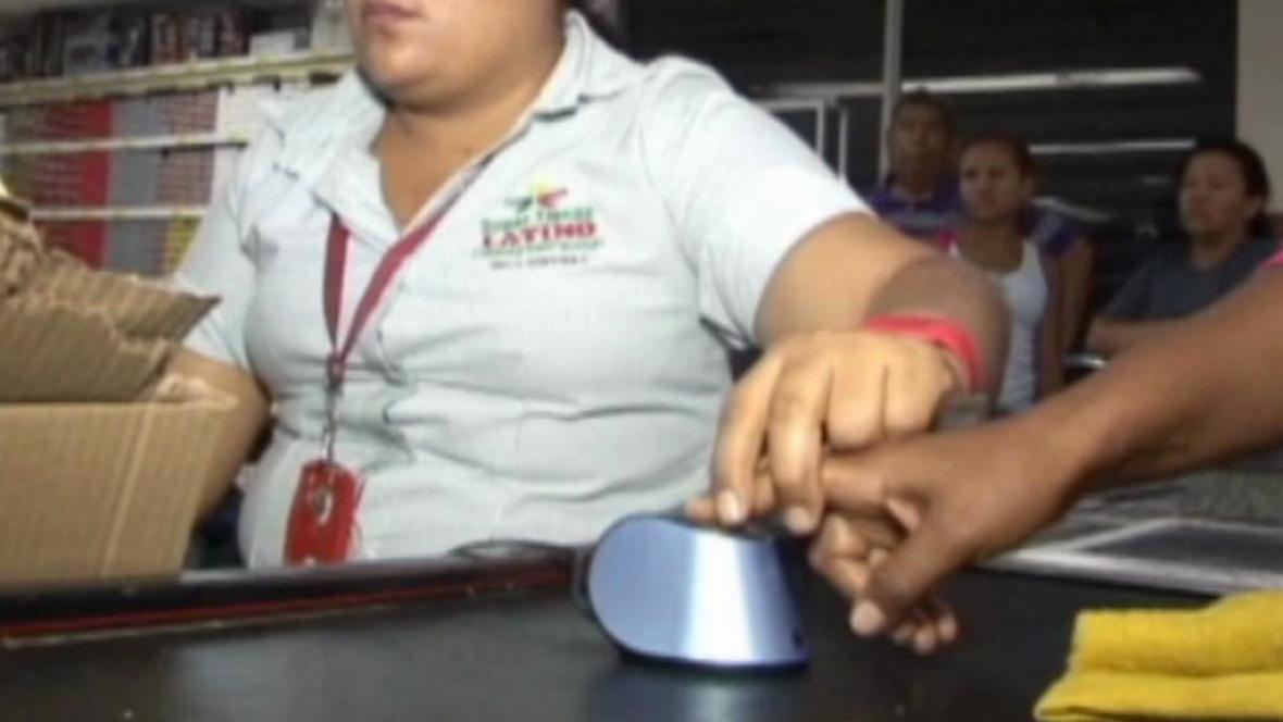 Venezuela kontroluje nakupování na příděl pomocí otisků prstů