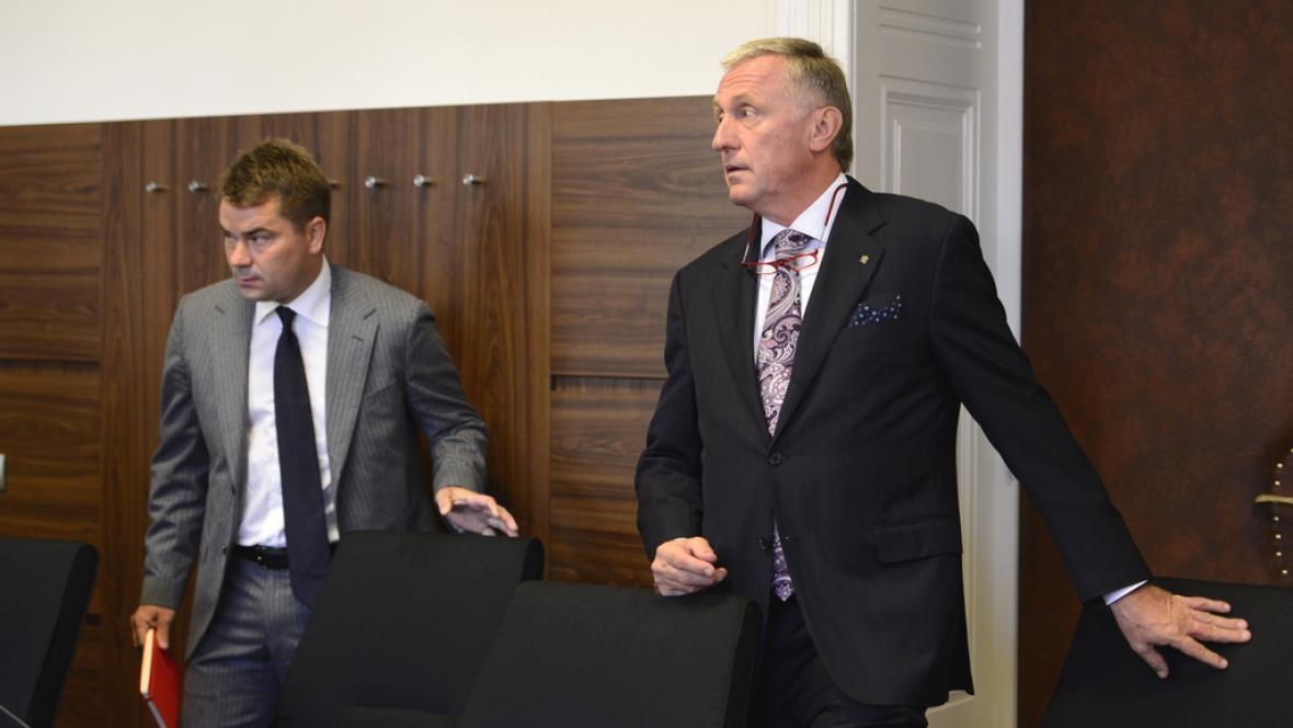Topolánek přichází vypovídat k soudu. Vlevo přisedá Marek Dalík