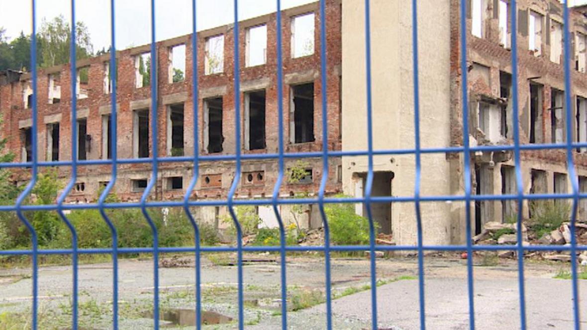 Zchátralý areál textilky Tepna v Náchodě