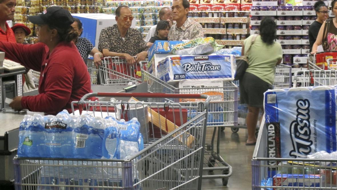 Lidé v Honolulu se zásobují před očekávaným příchodem bouře