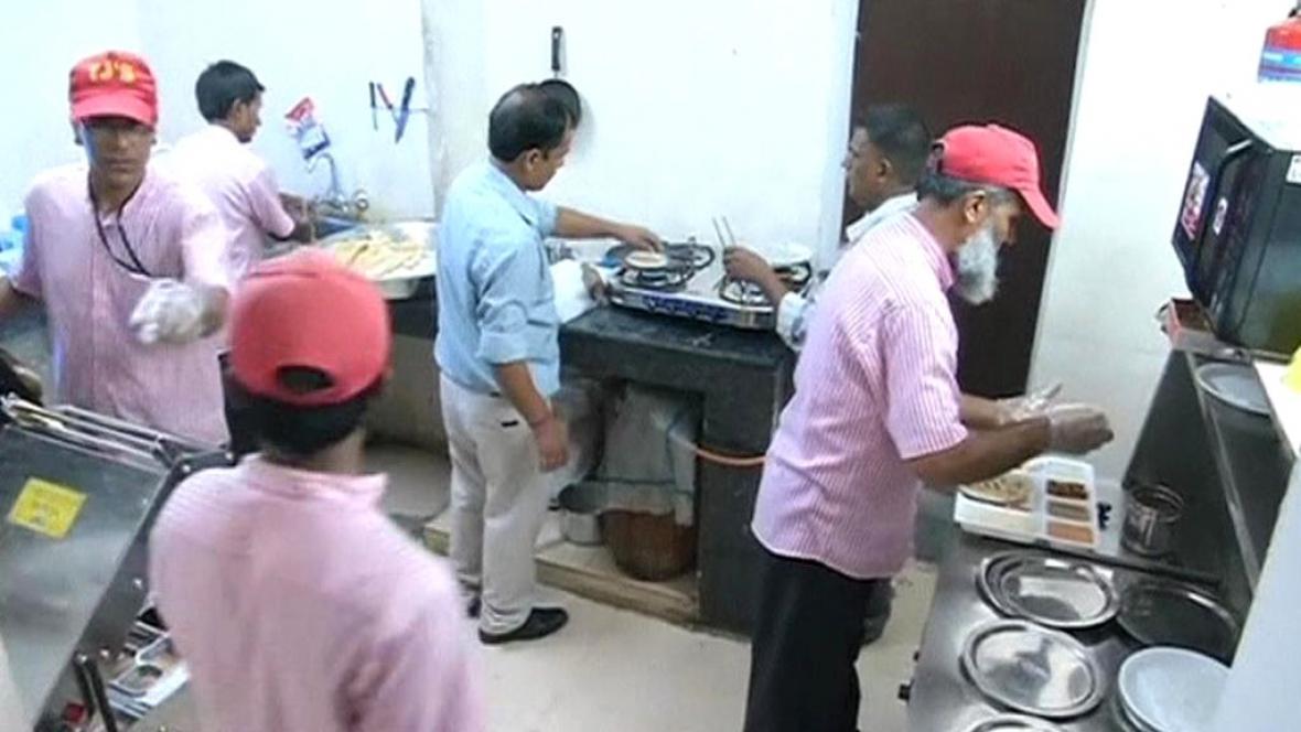 Indičtí vězni se učí vařit