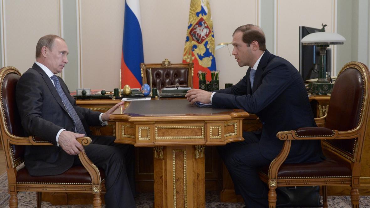 Prezident Vladimir Putin jedná s ministrem Denisem Manturovem