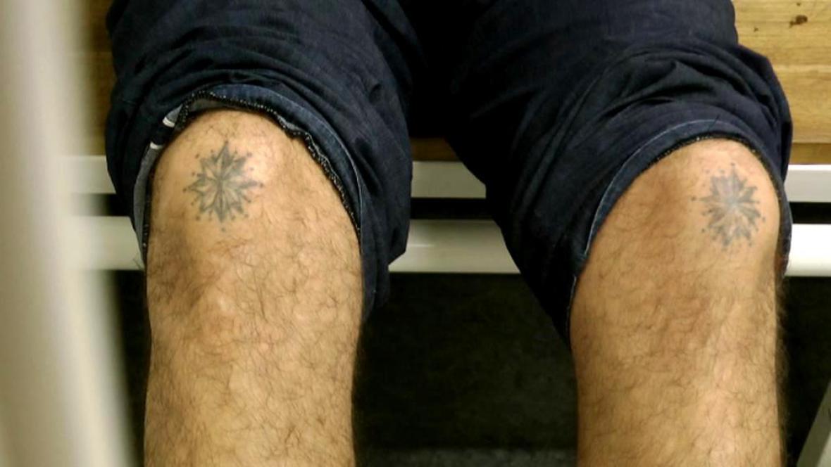 Pravou totožnost Gruzínce odhalilo tetování a jizvy