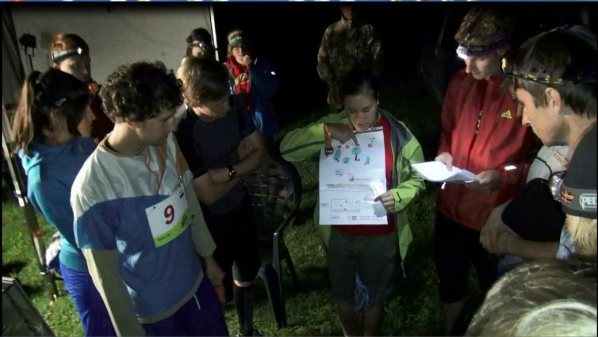 Závodníci před startem studují trasu
