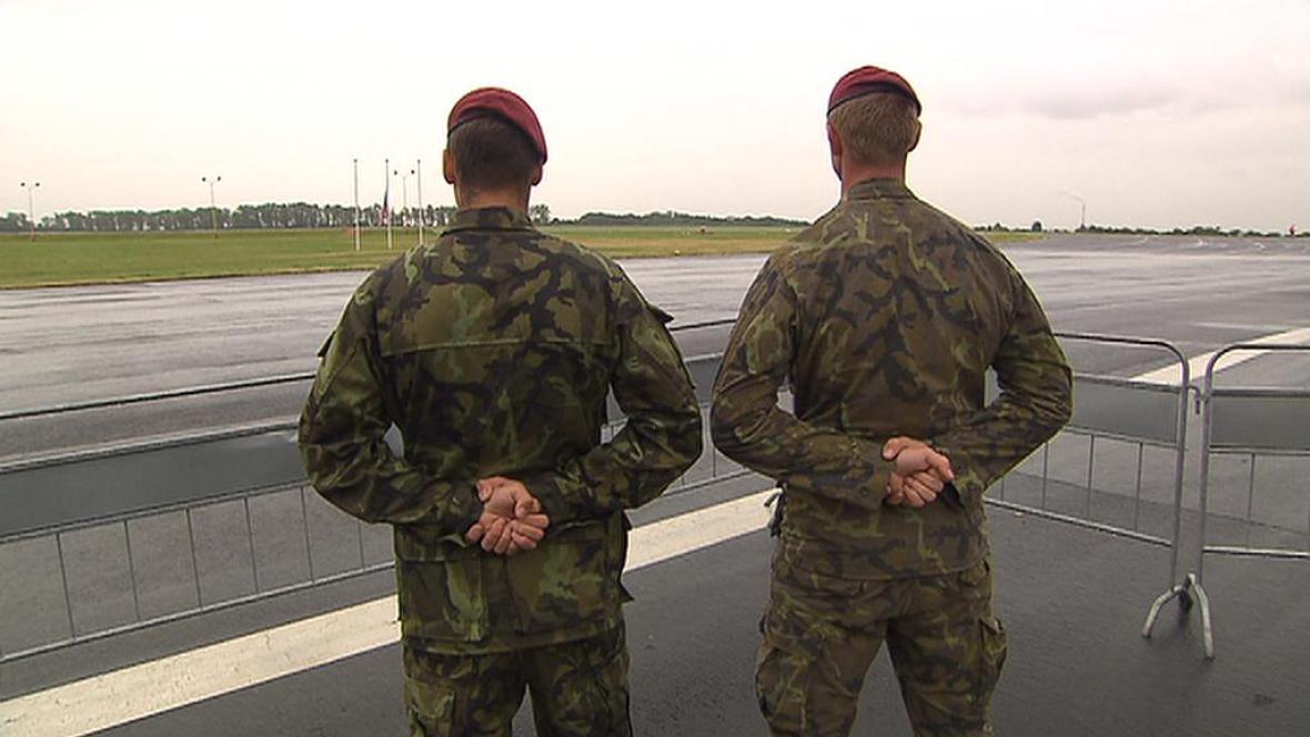Dvojice vojáků z 43. chrudimského praporu vyhlíží Bagrám