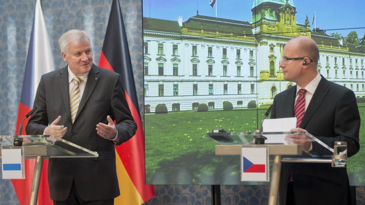 Horst Seehofer a Bohuslav Sobotka hovoří k novinářům