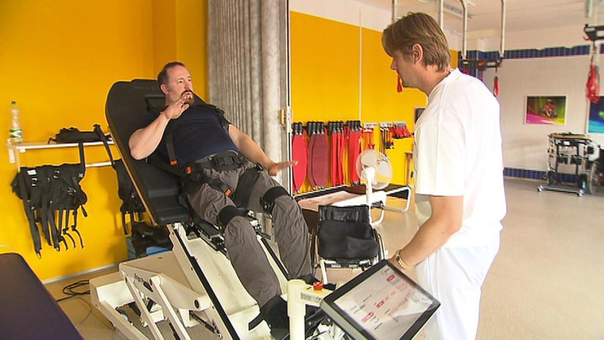 Britský veterán cvičí na speciálním rehabilitačním stole