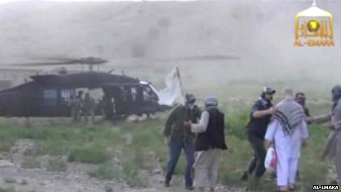 Taliban předává Bergdahla