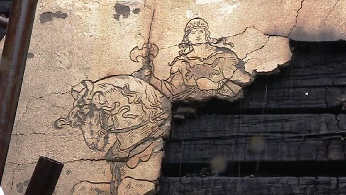 Torzo sgrafita od Mikoláše Alše ve vyhořelé chatě Libušín