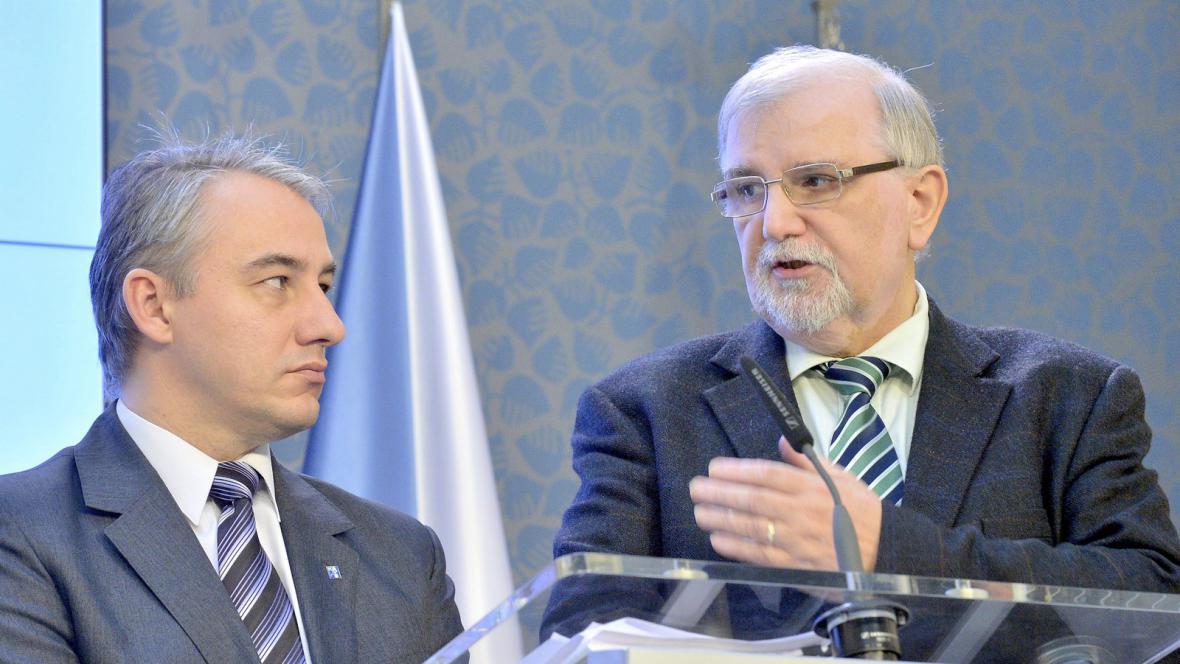 Josef Středula (vlevo) a Jaroslav Hanák (vpravo) po jednání tripartity
