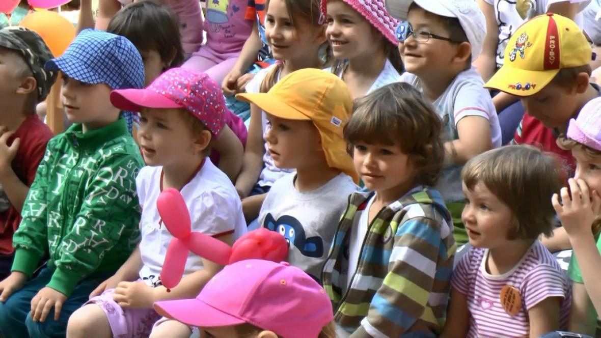 Děti sledují loutkové představení