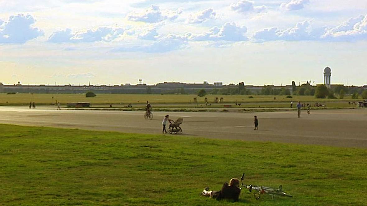 Bývalé letiště Tempelhof slouží Berlíňanům jako park