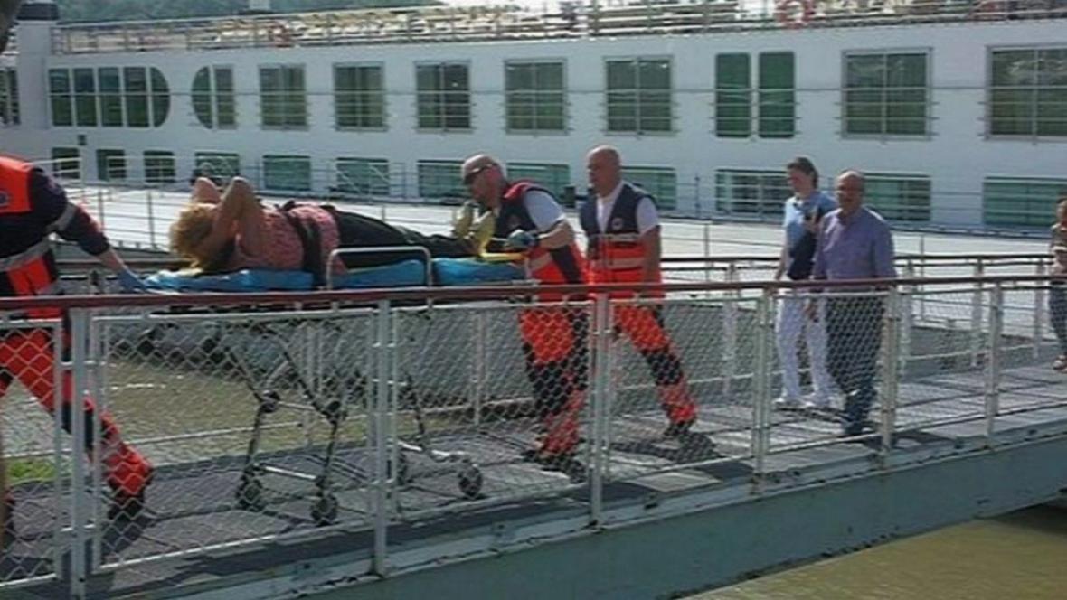 V Bratislavě narazila do mostu výletní loď