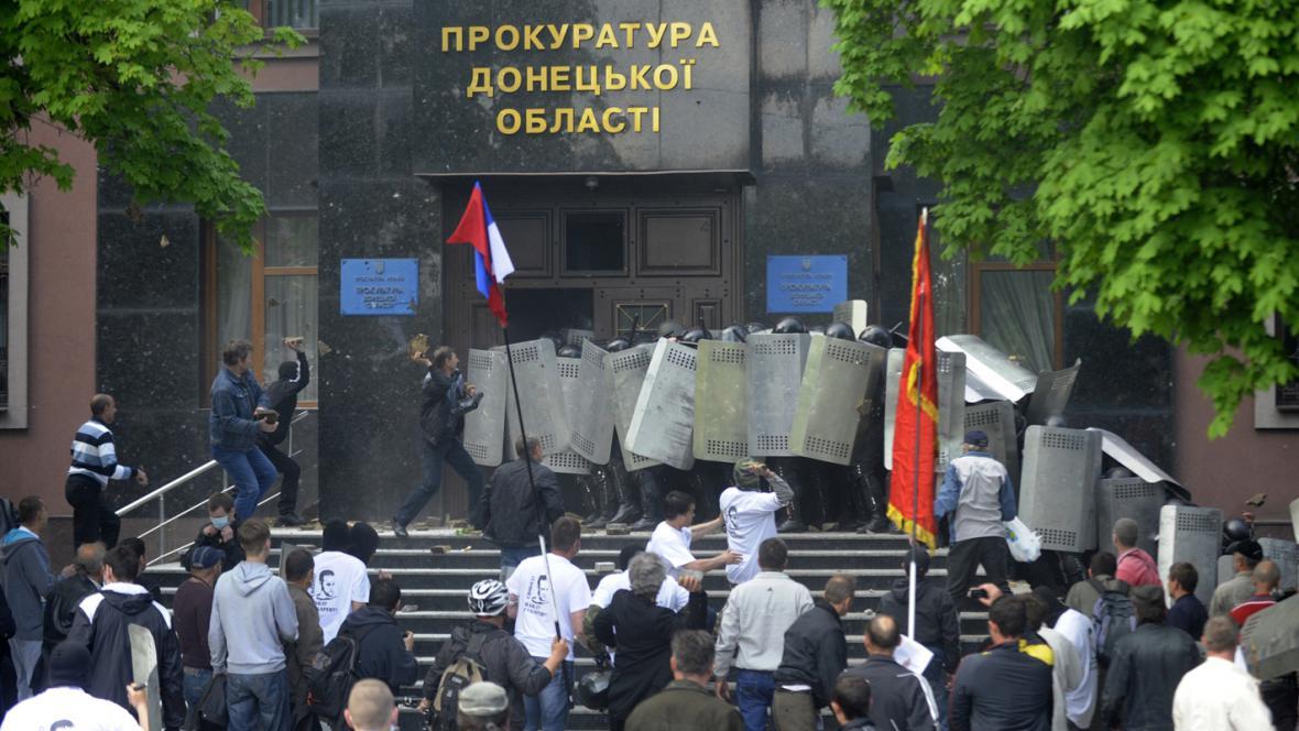 Útok separatistů na prokuraturu v Doněcku
