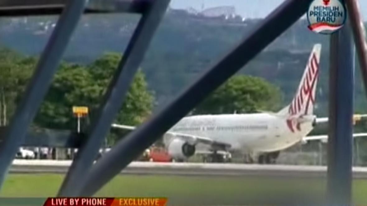 Letadlo společnosti Virgin na letišti na Bali