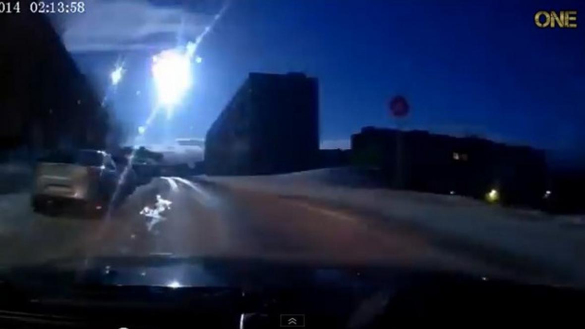 Lidé v Murmansku pozorovali ohnivou kouli na obloze