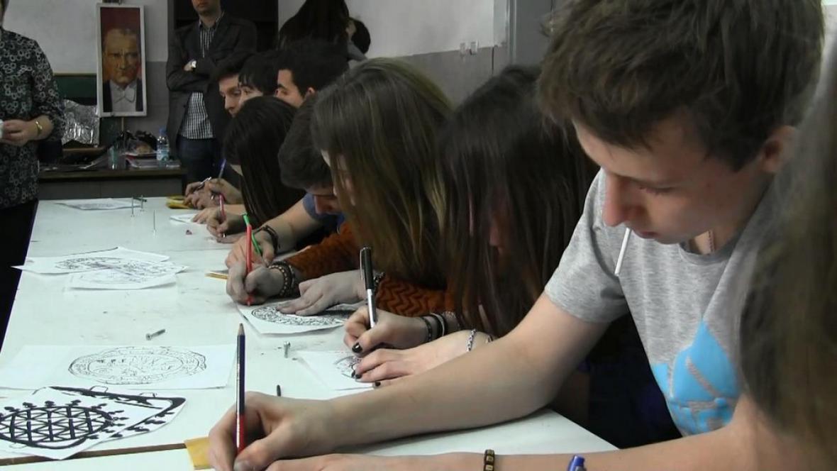 Žáci při práci na projektu