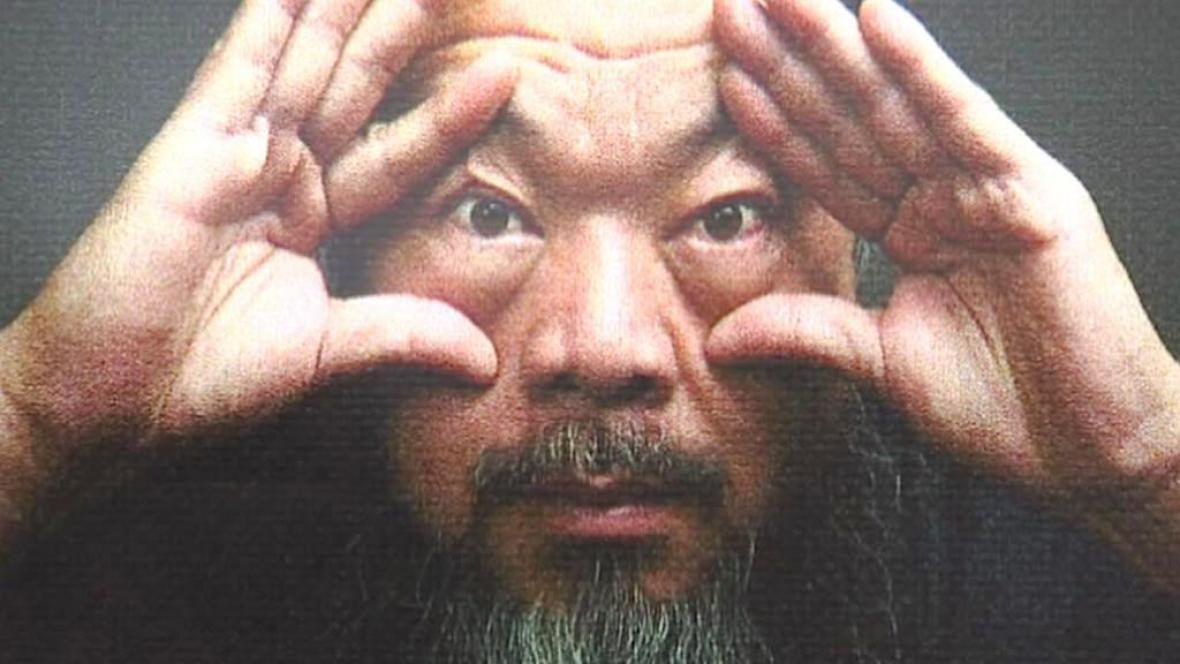Aj Wej-wej na plakátu poutajícím na výstavu