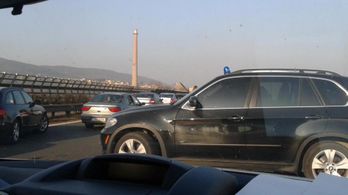 Ševčíkův automobil s majáčkem v koloně