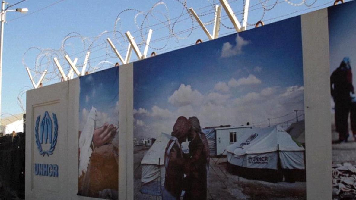 Výstava na zdi uprchlického tábora Zátarí