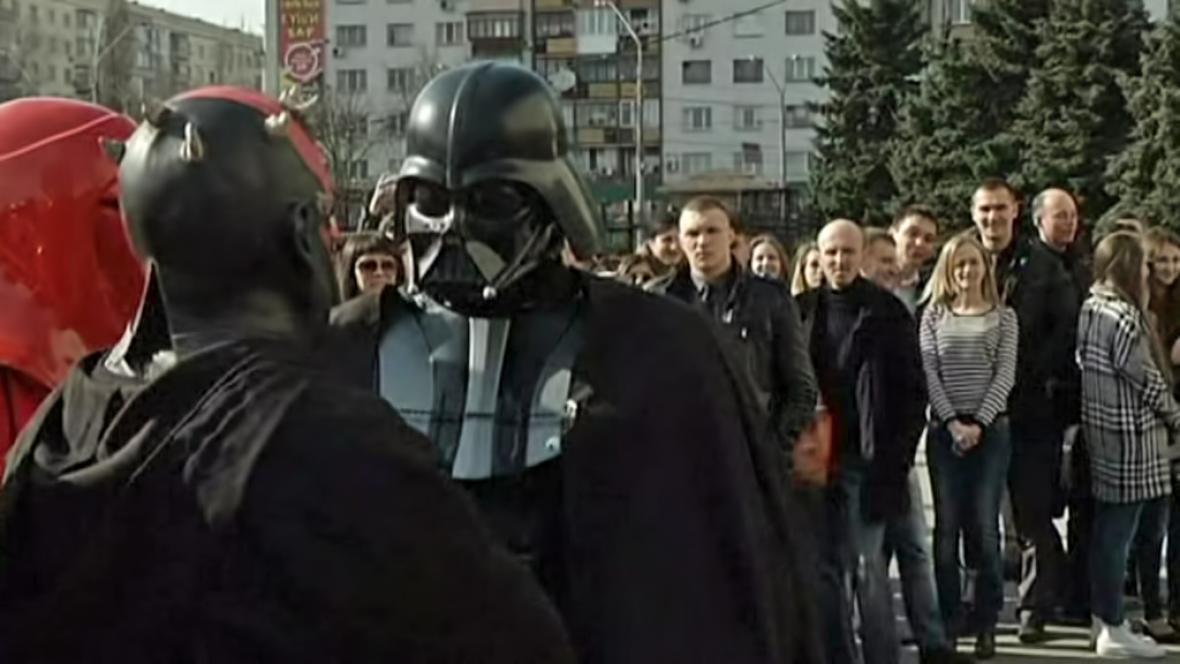 Muž v masce Darth Vadera na ukrajinského prezidenta kandidovat nebude