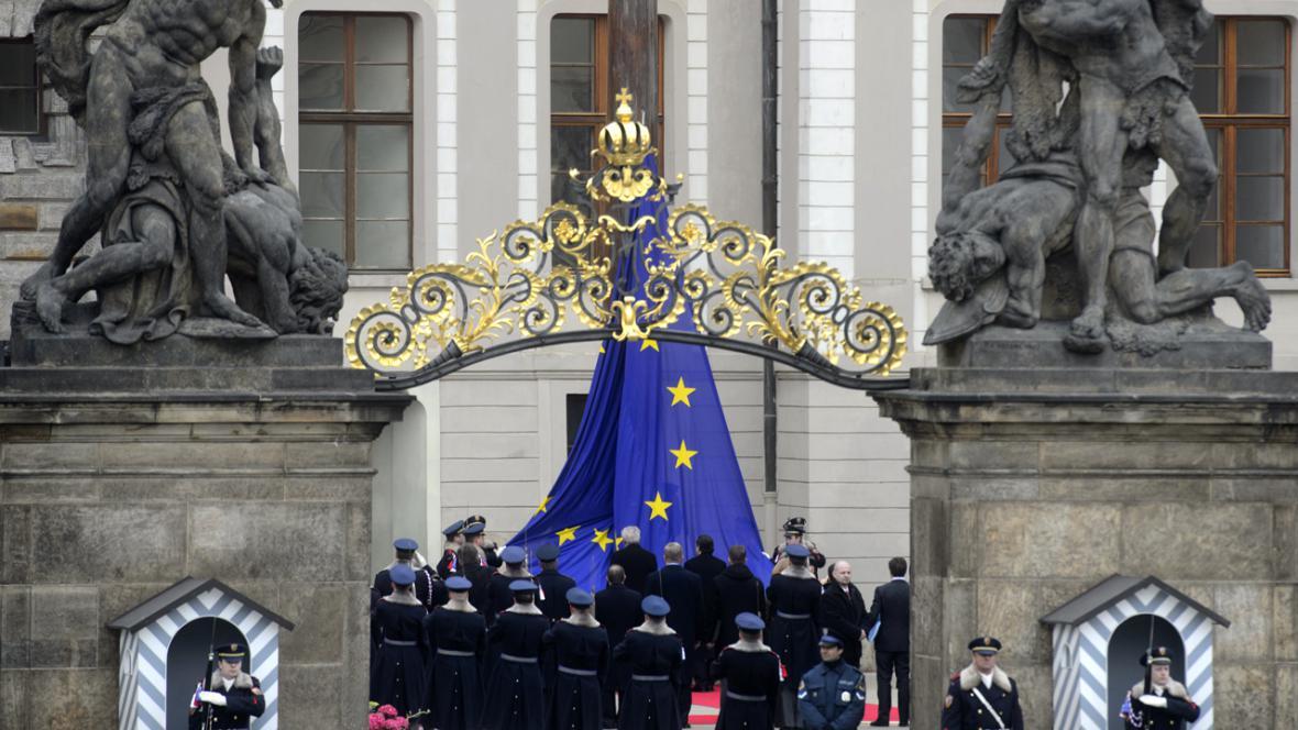 Vyvěšování vlajky EU nad Pražským hradem