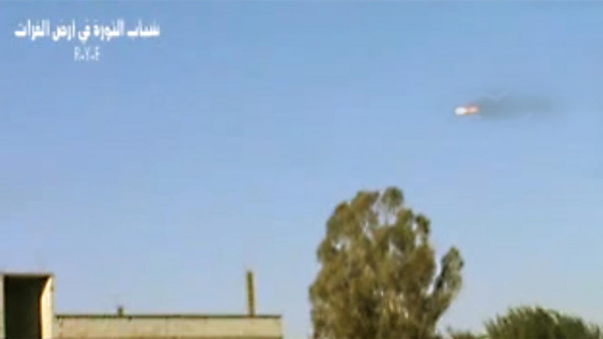 Hořící syrská armádní stíhačka
