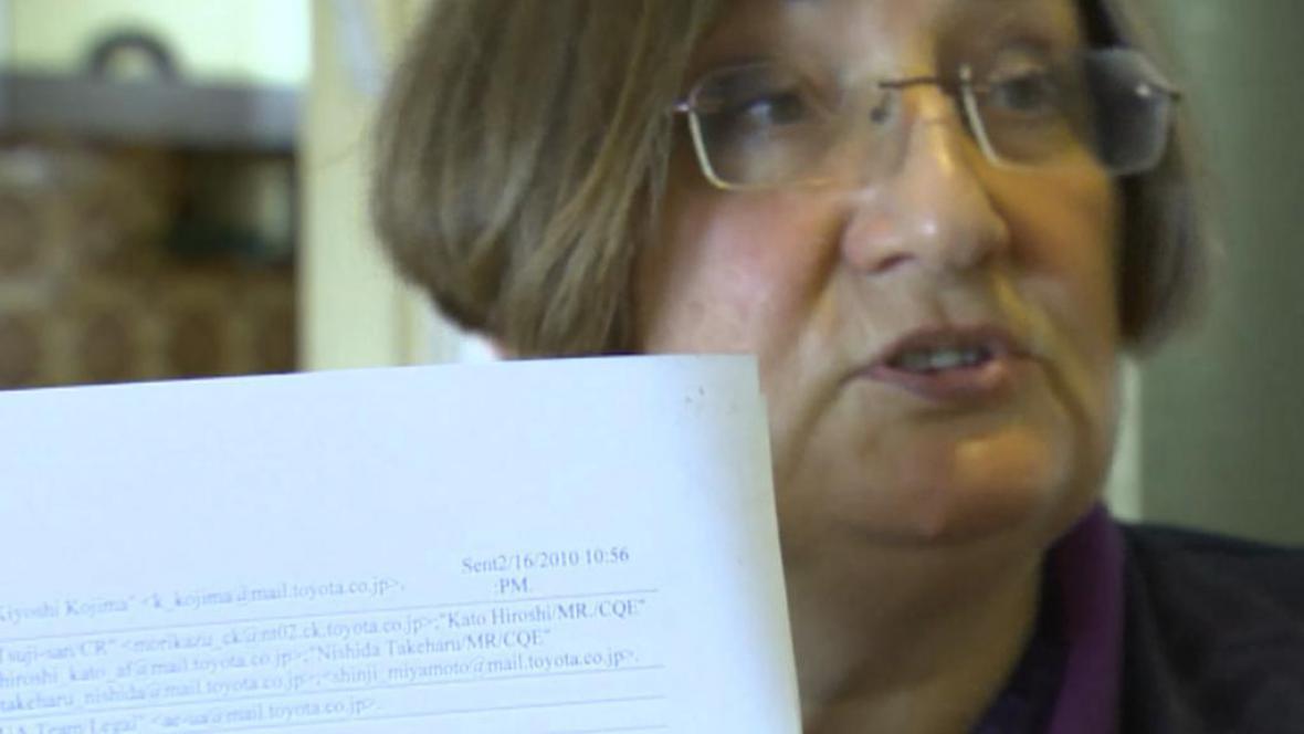 Betsy Benjaminsonová ukazuje část firemních dokumentů