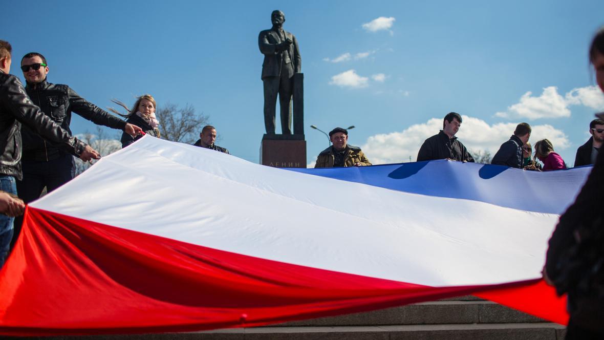 Rusové před Leninovou sochou v Simferopolu