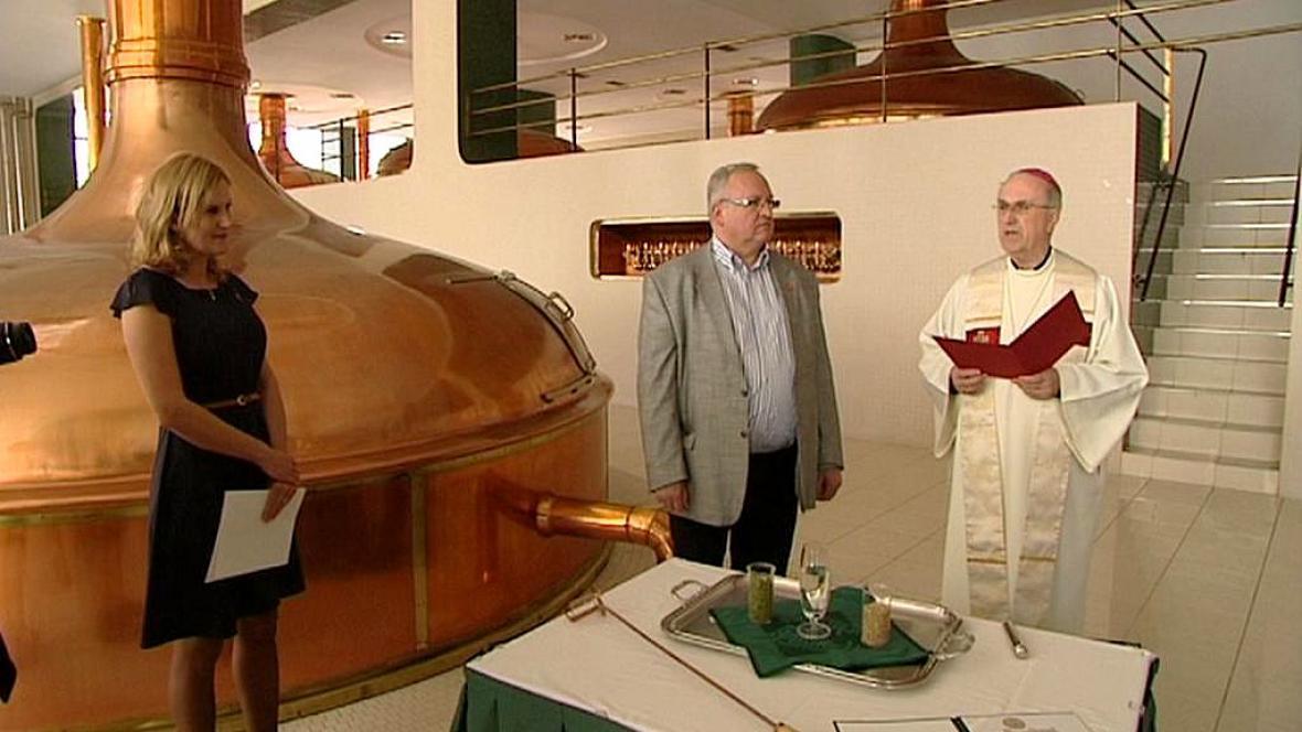 Biskup Radkovský žehná velikonočnímu pivu