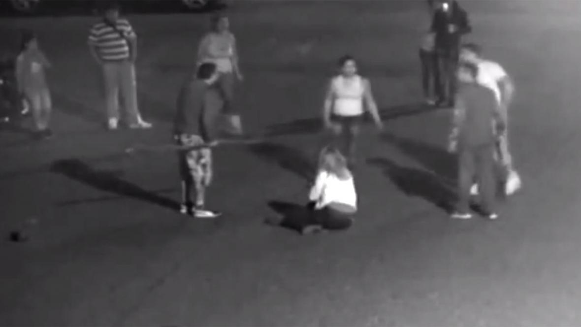 Napadení manželského páru v Duchcově - snímek z pouliční kamery