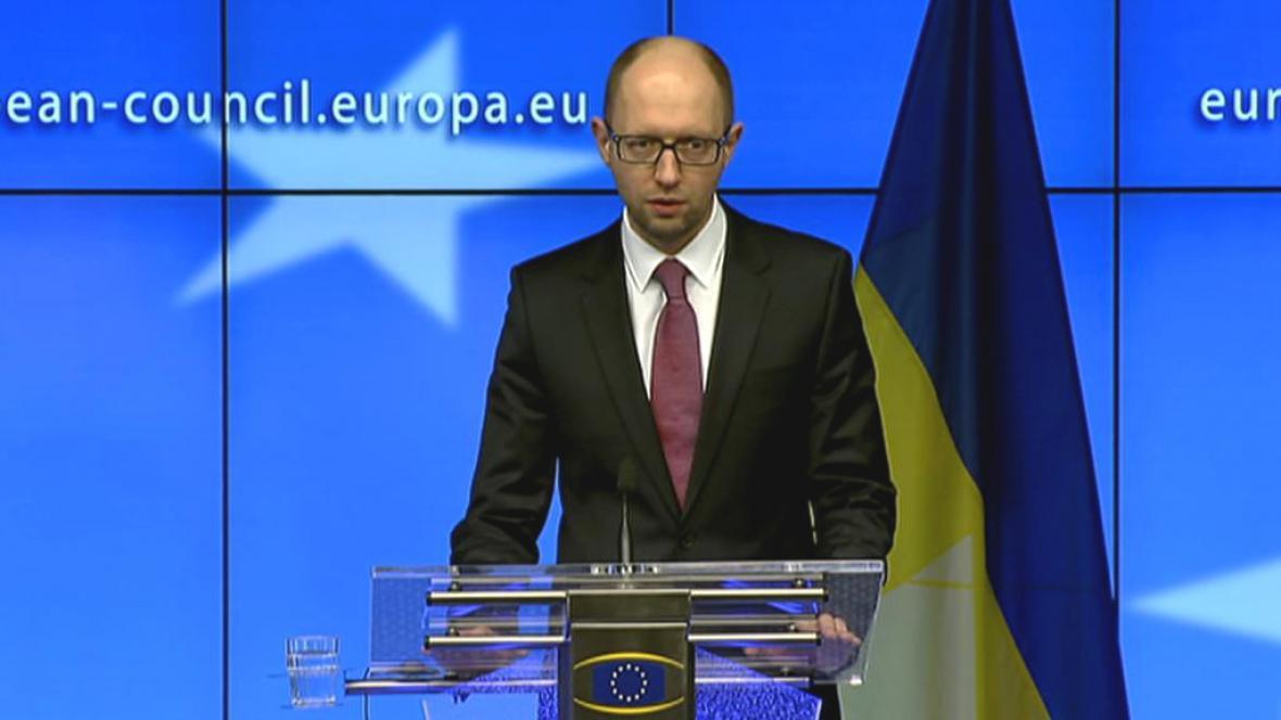 Arsenij Jaceňuk na tiskové konferenci v Bruselu