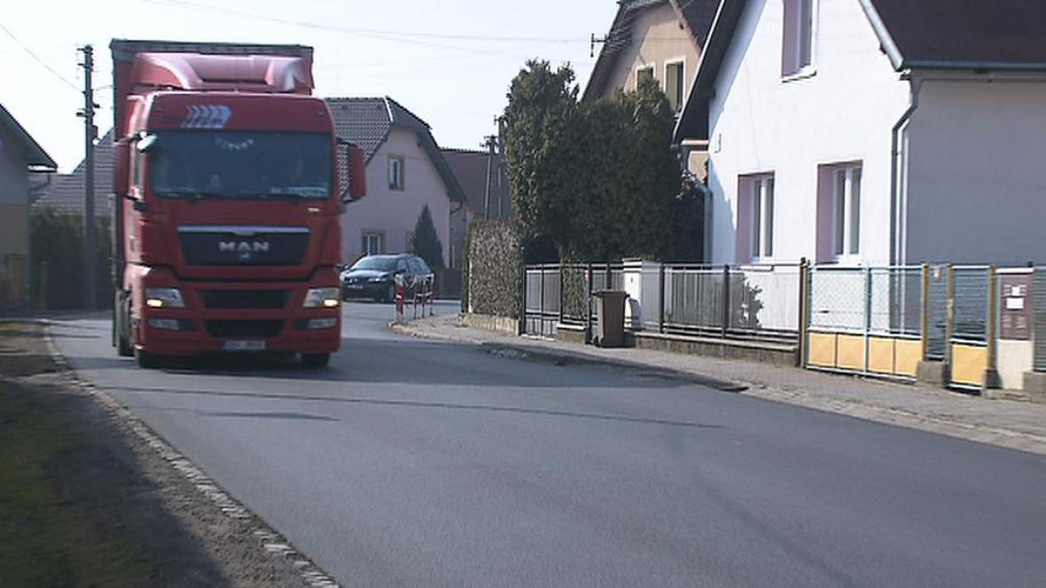 Obcí Tlustice na Berounsku projíždí tisíce vozů denně
