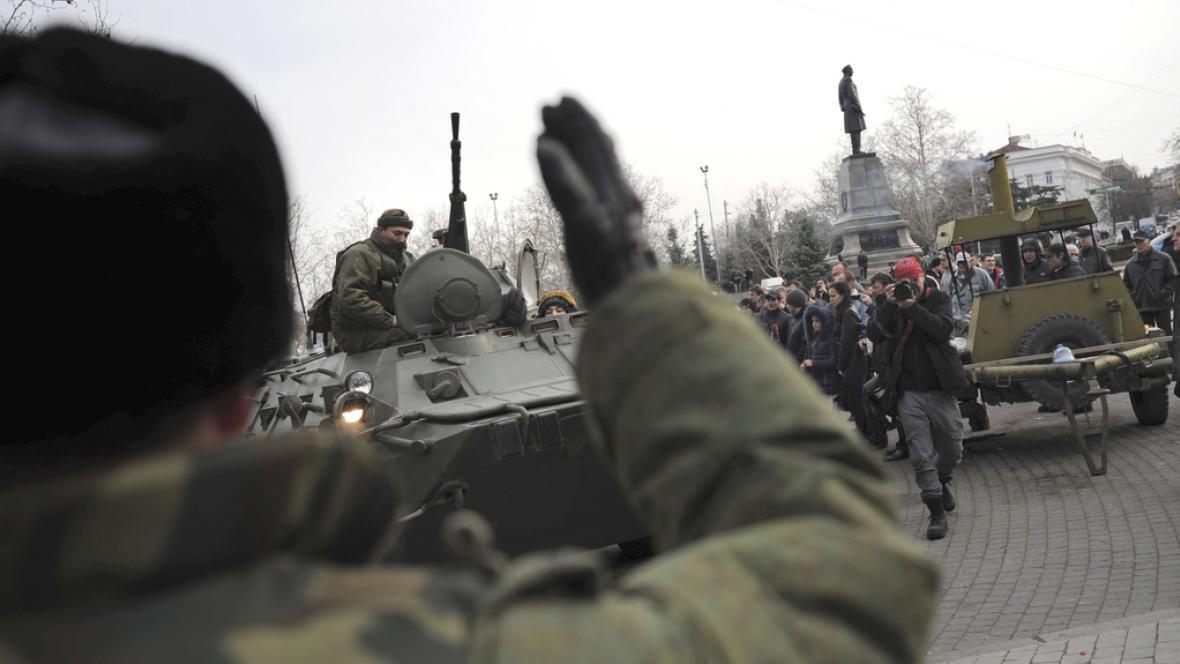 Jednotky ruské armády se sjíždí v centru krymského Sevastopolu