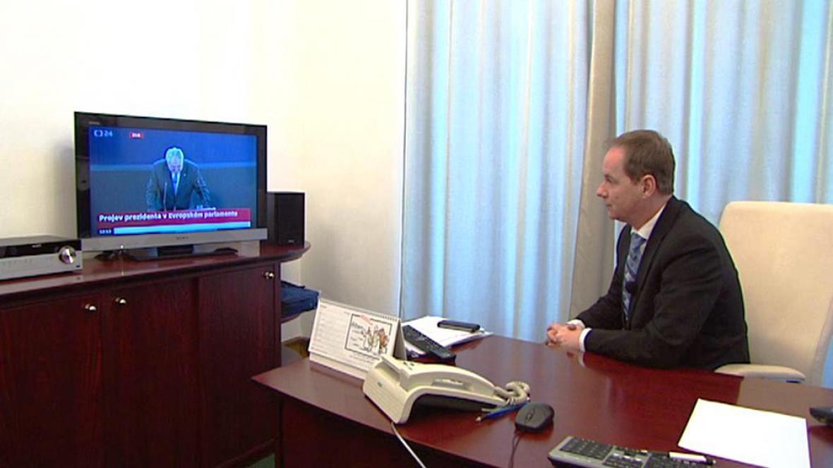 Petr Gazdík sleduje projev prezidenta v Evropském parlamentu